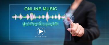 Kobieta dotyka online muzycznego pojęcie zdjęcie royalty free