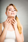 Kobieta drapa jej itchy szyję z alergii wysypką Fotografia Stock