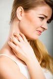 Kobieta drapa jej itchy szyję z alergii wysypką zdjęcia stock