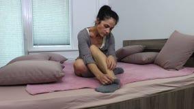 Kobieta drapa jej nogę z alergia objawami zbiory wideo