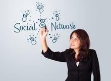Kobieta draving ogólnospołecznego sieć temat na whiteboard zdjęcia stock