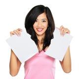 Kobieta drzejący w oddaleniu papier Fotografia Royalty Free