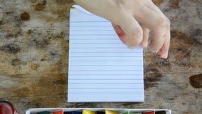 Kobieta drzeje pustego notepad na stole zbiory wideo