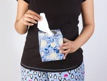 Kobieta drzeje tkankę czyścić Obrazy Royalty Free