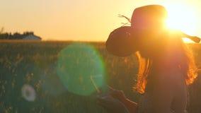 Kobieta Duma Smartphone podczas wschodu słońca 4K wideo zbiory