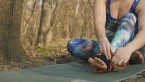 Kobieta dylemat arkana na stopie trenować aerogravity zbiory wideo