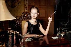 Kobieta, dym z papierosowym właścicielem, retro styl Zdjęcia Stock
