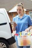 Kobieta Działający Mobilny Czyści Biznes Z Van Checking Tekst Ja Zdjęcia Stock