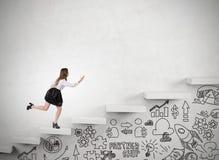 Kobieta działający up schodki w betonowej ścianie Zdjęcie Royalty Free