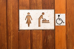 Kobieta, dziecka odmienianie i for toaleta, podpisujemy Obraz Stock