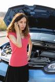 Kobieta dzwoni helpline dla łamanego samochodu Zdjęcia Royalty Free