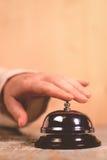 Kobieta dzwoni hotelowej usługa dzwon na recepcyjnym biurku zdjęcia stock