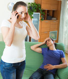 Kobieta dzwoni karetkę fotografia stock