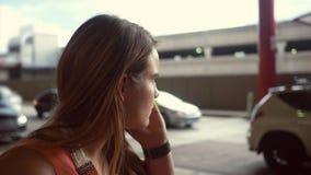 Kobieta dzwoni taksówkarza podczas gdy czekający przy lotniskowego pickup śmiertelnie terenem na wakacje zdjęcie wideo