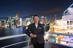 Kobieta ekonom na statek desce przy nocą w Miami, usa Zmysłowa kobieta w kostium kurtce na miasto linii horyzontu Wodny transport Zdjęcie Stock