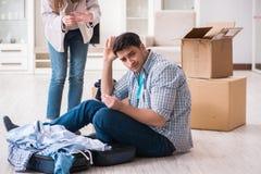 Kobieta eksmituje mężczyzna od domu podczas rodzinnego konfliktu obraz stock