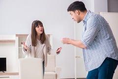 Kobieta eksmituje mężczyzna od domu podczas rodzinnego konfliktu obrazy royalty free