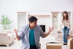 Kobieta eksmituje mężczyzna od domu podczas rodzinnego konfliktu obraz royalty free