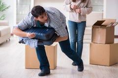 Kobieta eksmituje mężczyzna od domu podczas rodzinnego konfliktu zdjęcia royalty free