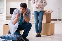 Kobieta eksmituje mężczyzna od domu podczas rodzinnego konfliktu zdjęcia stock