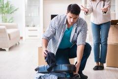 Kobieta eksmituje mężczyzna od domu podczas rodzinnego konfliktu fotografia royalty free