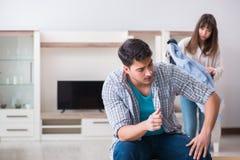 Kobieta eksmituje mężczyzna od domu podczas rodzinnego konfliktu obrazy stock