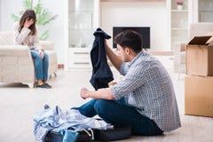 Kobieta eksmituje mężczyzna od domu podczas rodzinnego konfliktu fotografia stock