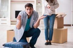 Kobieta eksmituje mężczyzna od domu podczas rodzinnego konfliktu zdjęcie royalty free