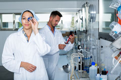 Kobieta ekspert w białego żakieta probierczym winie w chemii lab zdjęcie stock