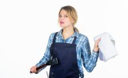 Kobieta fartuch dla gotować białego tło i Kulinarny mięso przy niską temperaturą dla długiego czasu outdoors obrazy stock