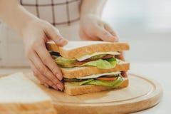 Kobieta fartuch przygotowywa śniadanie w kuchni fotografia stock