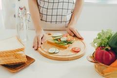 Kobieta fartuch przygotowywa śniadanie w kuchni zdjęcia royalty free