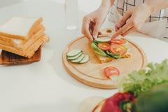 Kobieta fartuch przygotowywa śniadanie w kuchni fotografia royalty free