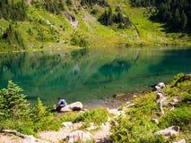 Kobieta Filtruje wodę przy Alpejskim jeziorem Zdjęcie Stock