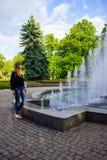 Kobieta fontanną Fotografia Royalty Free