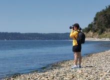 Kobieta fotograf bierze fotografie jezioro podczas ładnego lata da Zdjęcia Royalty Free