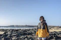 Kobieta fotograf na skalistej linii brzegowej Z Turkusowymi lagunami - E Obrazy Stock