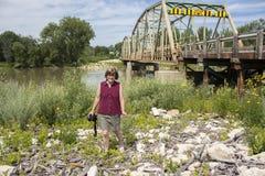 Kobieta fotografa odprowadzenie dużym stal mostem Zdjęcie Royalty Free
