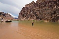 Kobieta fotografuje Colrado rzekę wewnętrznego jar w Grand Canyon i zdjęcie stock