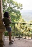 Kobieta fotografuje dolinnego widok Zdjęcie Stock