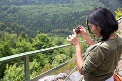 Kobieta fotografuje dolinnego widok Fotografia Royalty Free