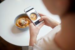 Kobieta fotografuje jedzenie przy kawiarnią z smartphone Obrazy Stock