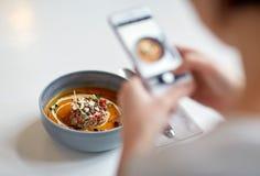 Kobieta fotografuje jedzenie przy kawiarnią z smartphone Obrazy Royalty Free