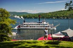 KOBIETA FOTOGRAFUJE PADDLE PAROWĄ łódź NA jeziorze OD brzeg fotografia royalty free