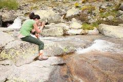 Kobieta fotografuje rzekę Zdjęcia Stock