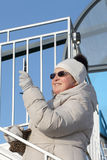 Kobieta fotografuje telefon w ciemnych szkłach diabła kabinowi koła Obraz Royalty Free