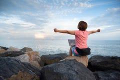 Kobieta Freelance w różowej koszulowej odświętności podnosił ręki up na obraz royalty free