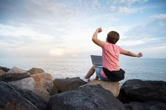 Kobieta Freelance w różowym koszulowym rozciąganiu na niebie zdjęcie royalty free