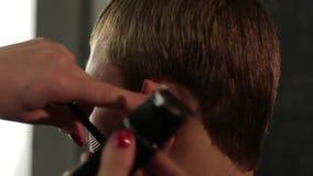 Kobieta fryzjer ciie włosy klient z drobiażdżarką, zakończenie up zbiory wideo