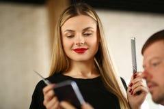 Kobieta fryzjer Patrzeje klienta telefon kom?rkowego obraz stock